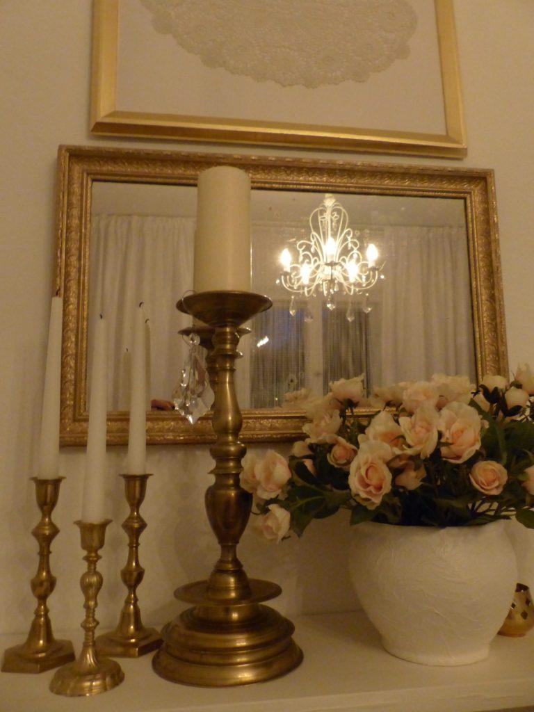 weisses Schlafzimmer Fertig mit Kerzenständern und Rosenstrauß als Dekoration