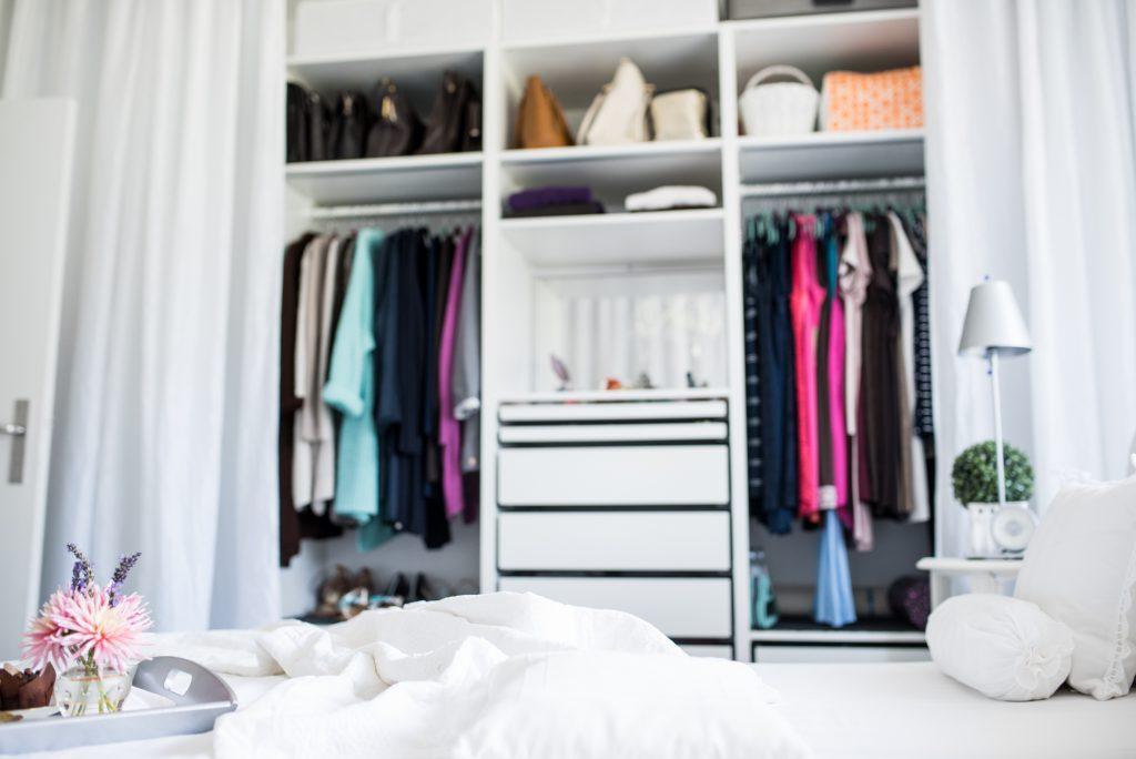 weisses Schlafzimmer Fertig mit viel Stauraum für Kleidung, Schuhe, Taschen und Schmuck
