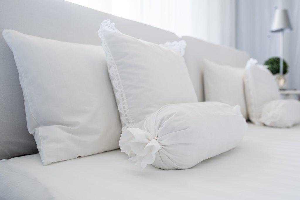 weisses Schlafzimmer Fertig mit Kissen