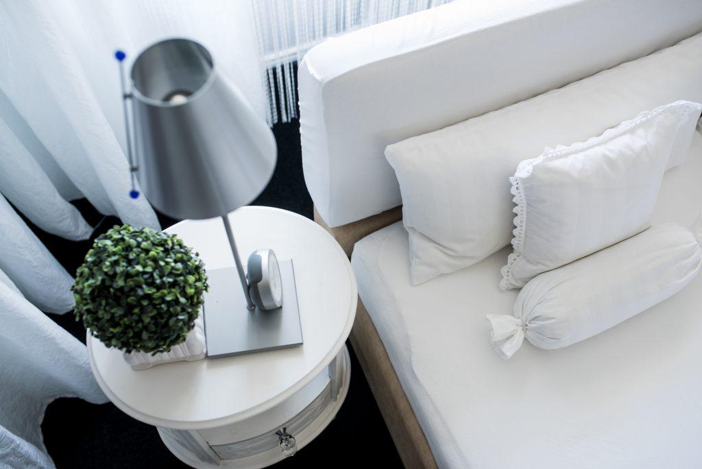 weisses Schlafzimmer Fertig mit ovalem Nachttisch