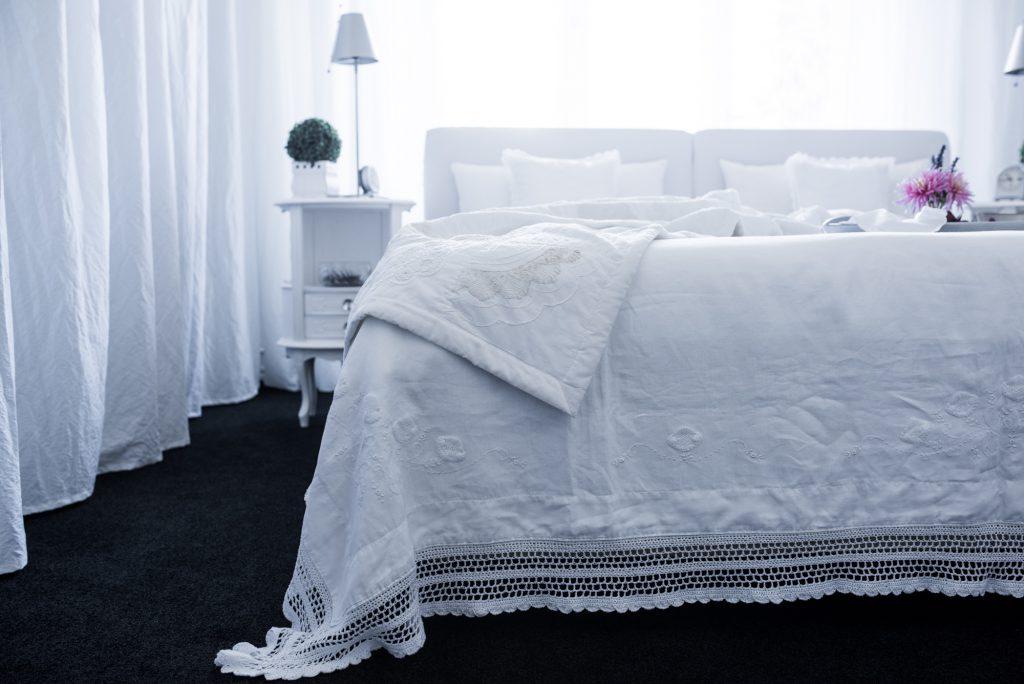 weisses Schlafzimmer Fertig mit toskanischem Leinenlaken