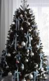 Weihnachtsbaum-hellblaue-Schleifen-B1721-03